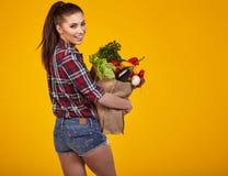 Jonge vrouw met een kruidenierswinkel het winkelen zak Stock Afbeelding