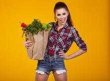 Jonge vrouw met een kruidenierswinkel het winkelen zak Stock Foto's