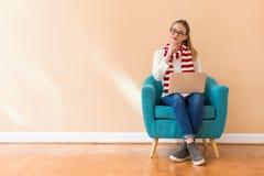 Jonge Vrouw met een Laptop Computer royalty-vrije stock afbeeldingen