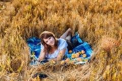 Jonge vrouw met een mand fruit Stock Afbeelding
