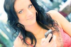 Jonge vrouw met een mobiele telefoon Royalty-vrije Stock Fotografie