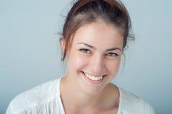 Jonge vrouw met een mooie glimlach Stock Afbeeldingen
