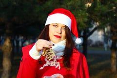 Jonge vrouw met een rendier royalty-vrije stock afbeelding