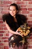 Jonge vrouw met een Russische samovar stock foto