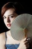 Jonge vrouw met een ventilator Stock Afbeeldingen