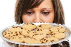 Jonge vrouw met eigengemaakte koekjes Royalty-vrije Stock Fotografie