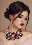 Jonge vrouw met elegant kapsel en luxueuze halsband royalty-vrije stock foto