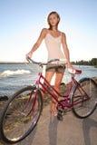 Jonge vrouw met fiets stock foto