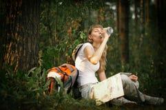 Jonge vrouw met fles water Stock Afbeeldingen