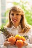 Jonge vrouw met fruit Royalty-vrije Stock Fotografie