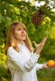 Jonge vrouw met fruit Stock Foto's