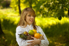 Jonge vrouw met fruit Royalty-vrije Stock Foto's