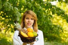 Jonge vrouw met fruit Stock Fotografie