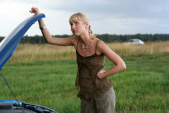 Jonge vrouw met gebroken auto. royalty-vrije stock foto