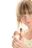 Jonge vrouw met gekookt ei Stock Afbeeldingen