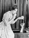 Jonge vrouw met geld in haar handen, die het geven aan iemand (Alle afgeschilderde personen leven niet langer en geen landgoed be stock afbeeldingen