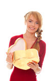 Jonge vrouw met geopende gouden giftdoos als hart Stock Foto's