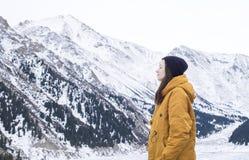 Jonge vrouw met gesloten ogen de ademhaling van diep verse lucht in de bergen royalty-vrije stock foto's