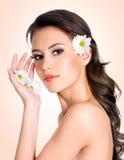 Jonge vrouw met gezonde schone huid van gezicht Royalty-vrije Stock Foto