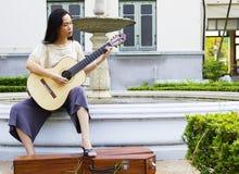 Jonge vrouw met gitaar Royalty-vrije Stock Foto