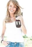 Jonge vrouw met gitaar en blauwe hemelachtergrond. Royalty-vrije Stock Foto