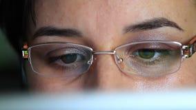Jonge vrouw met glazen die aan een tabletcomputer werken