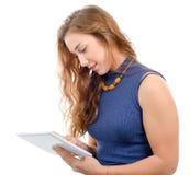 Jonge vrouw met glimlachen van de tablet van de gezichtsholding geïsoleerd op witte B Stock Afbeelding