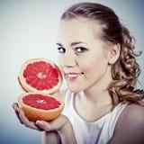 Jonge vrouw met grapefruit Stock Foto
