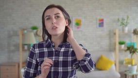 Jonge vrouw met grijs haar stock videobeelden