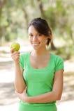 Jonge vrouw met groene appel Royalty-vrije Stock Foto's