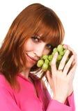 Jonge vrouw met groene druif Royalty-vrije Stock Afbeeldingen