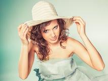 Jonge vrouw met groene kleding en hoed royalty-vrije stock afbeelding