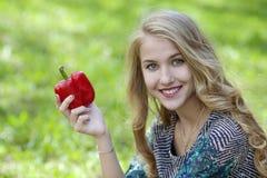 Jonge vrouw met groene paprika's in de steeg Royalty-vrije Stock Afbeelding
