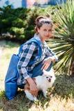 Jonge vrouw met haar Chihuahua-hond op gang stock foto's
