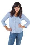 Jonge vrouw met haar handen op heupen en het dragen van glazen royalty-vrije stock afbeeldingen