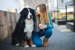 Jonge vrouw met haar hond royalty-vrije stock afbeelding