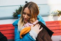 Jonge vrouw met haar hond royalty-vrije stock foto