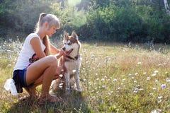 Jonge vrouw met haar hond Stock Fotografie