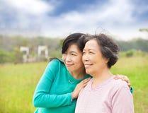 Jonge vrouw met haar moeder Royalty-vrije Stock Afbeelding