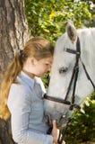 Jonge vrouw met haar paard Stock Foto's