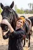 Jonge vrouw met haar paard Stock Fotografie