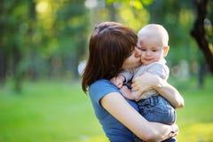 Jonge vrouw met haar weinig babyjongen Royalty-vrije Stock Foto's