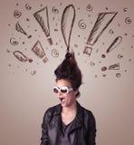 Jonge vrouw met haarstijl en hand getrokken uitroeptekens Royalty-vrije Stock Fotografie