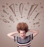 Jonge vrouw met haarstijl en hand getrokken uitroeptekens Stock Fotografie