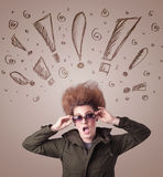 Jonge vrouw met haarstijl en hand getrokken uitroeptekens Stock Afbeelding