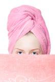 Jonge vrouw met handdoeken stock afbeelding