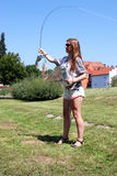 Jonge vrouw met hengel op een rivier in Duitsland Stock Afbeeldingen
