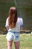 Jonge vrouw met hengel op een rivier in Duitsland Royalty-vrije Stock Afbeeldingen
