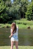 Jonge vrouw met hengel op een rivier in Duitsland Royalty-vrije Stock Afbeelding
