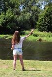 Jonge vrouw met hengel op een rivier in Duitsland Royalty-vrije Stock Foto's